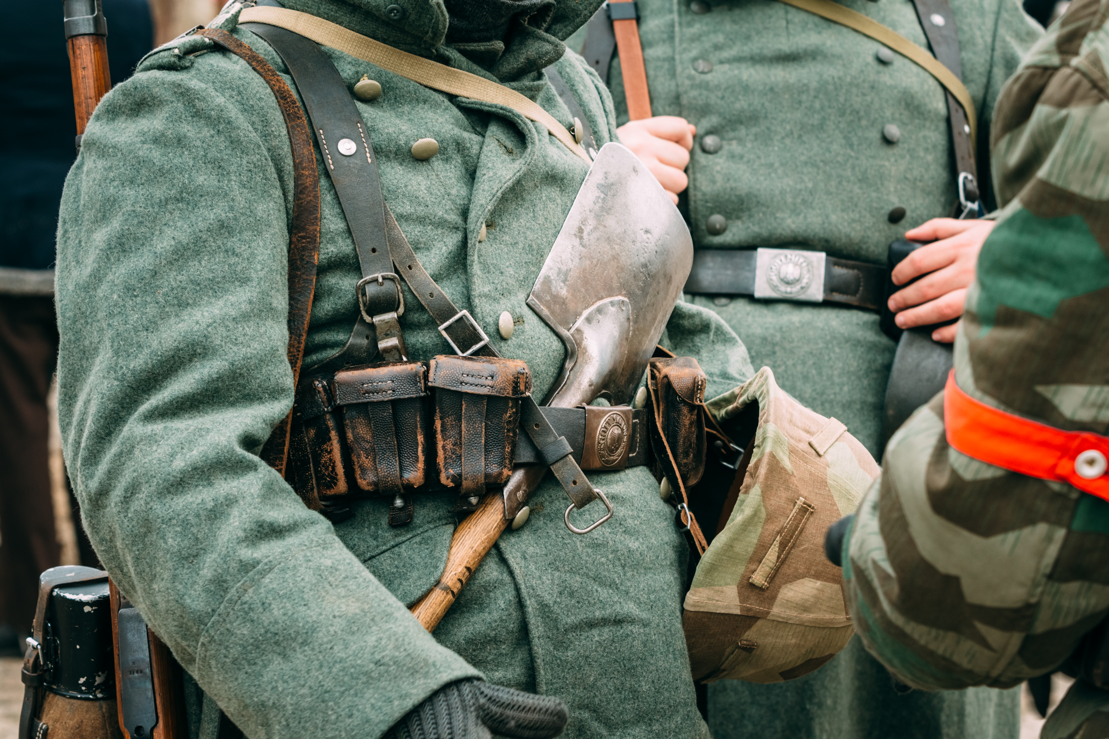 The actor in the form of a German soldier during the Second World War, with a shovel in his belt